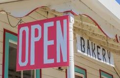 Abra o sinal em uma padaria em Coulterville, Califórnia imagens de stock
