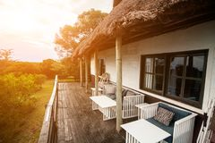 Abra o terraço de uma casa de campo no savana africano Imagem de Stock