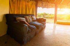 Abra o terraço de uma casa de campo no savana africano Foto de Stock Royalty Free