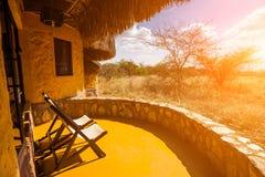 Abra o terraço de uma casa de campo no savana africano Imagem de Stock Royalty Free