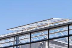Abra os indicadores de ventilação de vidro em um telhado conservador imagens de stock