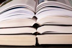 Abra os livros empilhados na tabela Imagens de Stock Royalty Free
