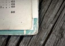 Abra páginas de livros gastos velhos em um fundo da madeira envelhecida Imagens de Stock