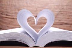 Abra páginas do livro em uma forma do coração Fotografia de Stock