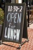 Abra para o sinal do quadro do restaurante do almoço Foto de Stock