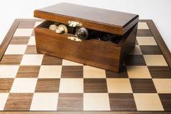 Abra parcialmente la caja del ajedrez con los reyes que resaltan Fotografía de archivo