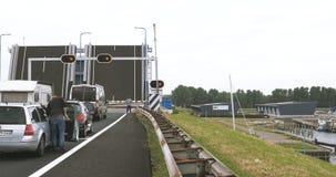 Abra a ponte levadiça em Países Baixos com os carros que esperam na parte dianteira vídeos de arquivo