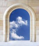Abra a porta ao céu azul Imagens de Stock Royalty Free