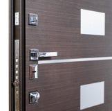 Abra porta blindada Fechadura da porta, close up da porta do marrom escuro Design de interiores moderno, puxador da porta Conceit fotografia de stock