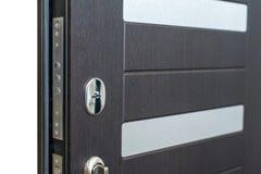 Abra porta blindada Fechadura da porta, close up da porta do marrom escuro Design de interiores moderno, puxador da porta Conceit imagens de stock