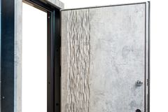 Abra porta blindada Fechadura da porta, porta do metal Design de interiores moderno, puxador da porta Conceito da casa nova Casas imagem de stock royalty free