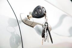 Abra a porta de carro pela chave Imagens de Stock Royalty Free