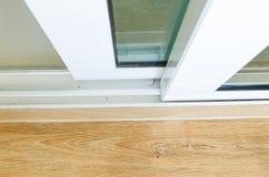 abra a porta deslizante com vidro na casa Foto de Stock Royalty Free