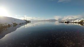Abra profundamente a paisagem do fiorde com cordilheira nevado poderosa no fundo vídeos de arquivo