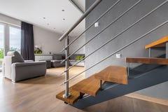 Abra a sala de visitas da planta com escadaria fotos de stock royalty free