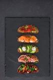 Abra sanduíches do pão de centeio com coberturas diferentes Fotografia de Stock