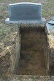 Abra a sepultura e a lápide Fotos de Stock Royalty Free