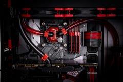 Abra su ordenador con un sistema de la refrigeración por agua, un procesador, una tarjeta gráfica, una fan de la placa madre imagenes de archivo