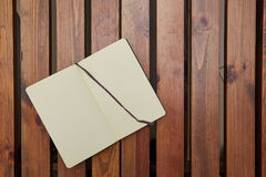 Abra a tabela de madeira de encontro do bloco de desenho workspace imagem de stock