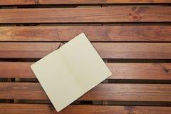 Abra a tabela de madeira de encontro do bloco de desenho workspace foto de stock royalty free