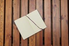 Abra a tabela de madeira de encontro do bloco de desenho workspace fotos de stock royalty free