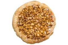 Abra a torta de maçãs em uma placa de madeira isolada Imagem de Stock