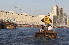 Abra - traditionellt arabiskt fartyg i golfen av Dubai Creek i Dubai, Förenade Arabemiraten Royaltyfria Bilder