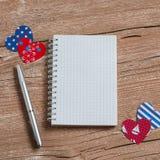 Abra um bloco de notas limpo, uma pena e uns corações de papel Textura de madeira rústica do dia de Valentim Espaço livre para o  Imagem de Stock Royalty Free