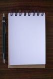 Abra un cuaderno blanco en blanco con el lápiz imagenes de archivo