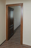 Abra una puerta en un cuarto fotos de archivo