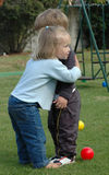 Abraçando miúdos Fotos de Stock