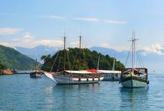 Abraao strandfartyg nära ön stora Ilha, Rio de Janeiro, Brasilien Arkivbilder
