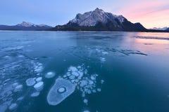 Abraham湖冬天冰泡影 库存照片