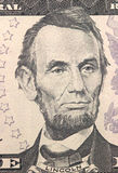 Abraham Lincoln enfrenta em dólares do macro da conta dos E.U. cinco ou 5, close up do dinheiro de Estados Unidos foto de stock
