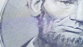Abraham Lincoln giratorio lento hace frente en el billete de dólar cinco metrajes