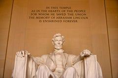 Abraham Lincoln Memorial mit Aufschrift Stockfotos