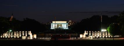 Abraham Lincoln Memorial och minnesmärke för världskrig II - Washington DC Royaltyfri Bild