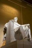 Abraham Lincoln minnes- staty på natten Arkivbild