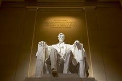 Abraham Lincoln pamiątkowa statua przy nocą Fotografia Royalty Free