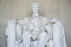 Abraham Lincoln sammanträde i en stol på Lincoln Memorial Washington - WASHINGTON DC - COLUMBIA - APRIL 7, 2017 Royaltyfria Bilder