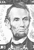 Abraham Lincoln stående från oss som 5 dollar är svartvita Arkivfoto