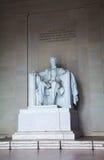 Abraham Lincoln staty inom hans minnesmärke Arkivbild