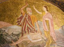 Abraham y el atascamiento de Isaac - mosaico en Jerusalén fotos de archivo
