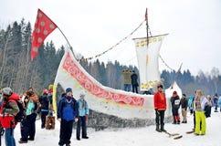 Abramtsevo,莫斯科地区,俄罗斯, 3月, 13日 2016年 人们被修造在雪外面由在Bakshevskaya Shrovetide的白嘴鸦 免版税库存图片
