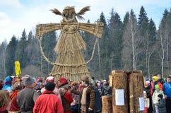 Abramtsevo,莫斯科地区,俄罗斯, 3月, 13日 2016年 参与为庆祝Bakshevskaya Shrovetide的人们在秸杆肖象附近 图库摄影