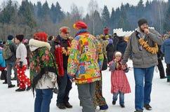 Abramtsevo,莫斯科地区,俄罗斯, 3月, 13日 2016年 参与为庆祝Bakshevskaya Shrovetide的人们 图库摄影