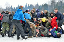 Abramtsevo, het gebied van Moskou, Rusland, 13 Maart, 2016 Mensen die aan viering van Bakshevskaya Shrovetide deelnemen Atletisch Royalty-vrije Stock Foto's