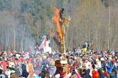 Abramtsevo, het gebied van Moskou, Rusland, 13 Maart, 2016 Mensen die aan viering van Bakshevskaya Shrovetide deelnemen Het brand stock foto