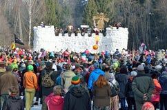 Abramtsevo, het gebied van Moskou, Rusland, 13 Maart, 2016 Mensen die aan viering van Bakshevskaya Shrovetide deelnemen Stormen v Royalty-vrije Stock Afbeeldingen
