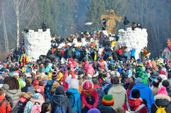 Abramtsevo, het gebied van Moskou, Rusland, 13 Maart, 2016 Mensen die aan viering van Bakshevskaya Shrovetide deelnemen Stormen v stock foto's
